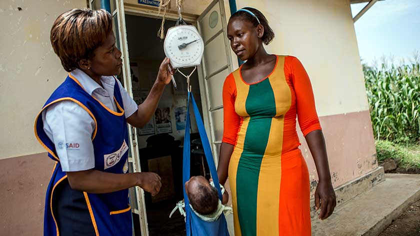 m2m Mentor Mother with a client at the Busesa Health Centre IV in Uganda, photo: Karin Schermbrucker